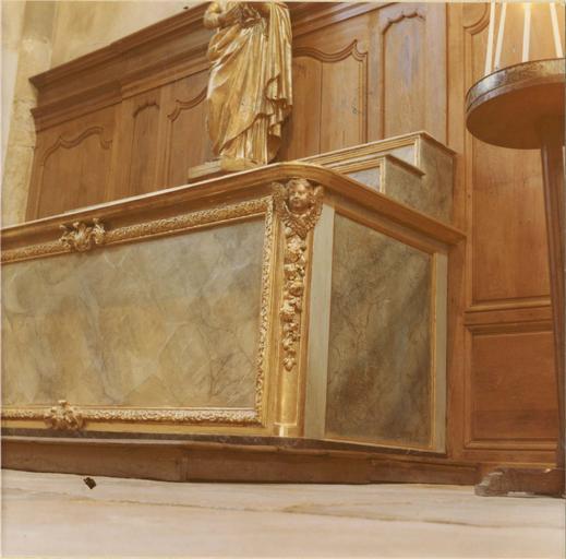 Autel, gradins d'autel à montants droits sculptés de chérubins et chutes de fleurs, panneaux de marbre feint, détail côté droit