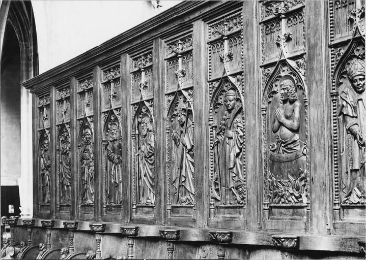 Stalles du choeur, bois sculté, 1512, détail du décor sculpté de saints personnages de la partie haute