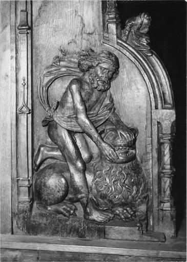 Stalles du choeur, bois sculté, 1512, détail du décor sculpté, homme combattant un lion