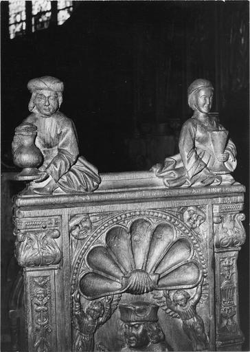 Stalles du choeur, bois sculté, 1512, détail du décor sculpté, deux personnages