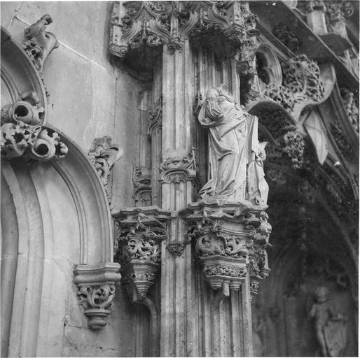 Tombeau de Marguerite de Bourbon, détail figure féminine acéphale