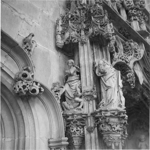 Tombeau de Marguerite de Bourbon, détail ange terrassant un démon et figure féminine acéphale
