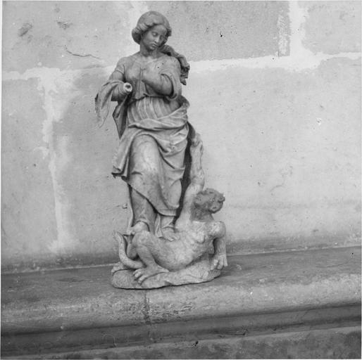 Tombeau de Marguerite de Bourbon, statue ange terrassant un démon
