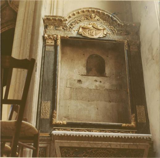 Retable, cadre architecturé en bois sculpté à corniche cintrée, fronton sculpté du voile de Véronique (sans le tableau à l'intérieur)