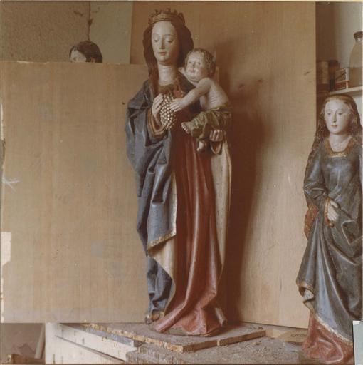 Groupe sculpté : Vierge à l'Enfant, bois peint, 15e siècle, vue de face