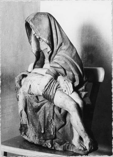 Groupe sculpté : Vierge de pitié, bois peint, 16e siècle, vue de sroite