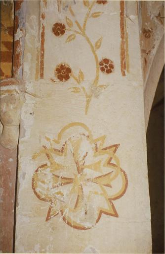 Peinture murale de l'abside, 15e siècle, détail d'un motif floral avec une croix