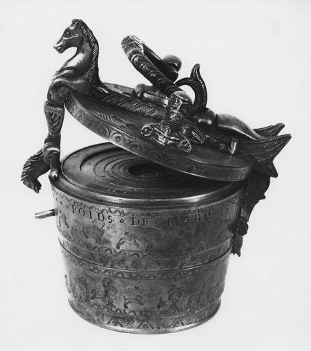 Poids encastrés les uns dans les autres et renfermés dans une boîte, cuivre, 16e siècle, motifs de chevaux