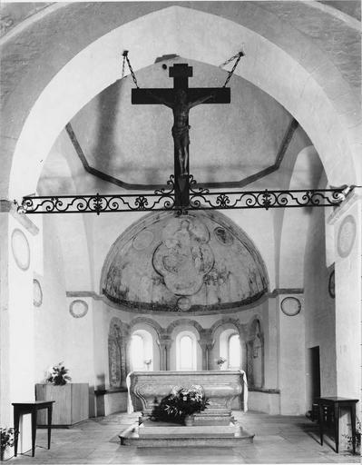 Peinture murale, vue générale de l'abside avec crucifix devant