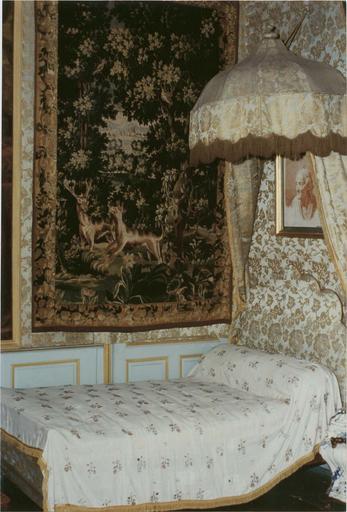 Lit dit lit de Voltaire, et son dais, tapisserie avec scène de chasse, et portrait de l'artiste à la sanguine
