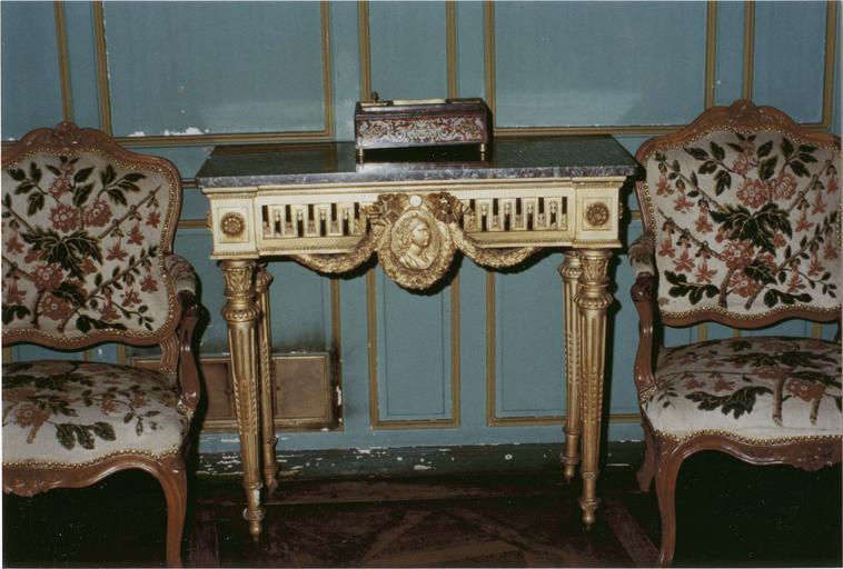 Console style Louis XVI, bois doré et marbre gris, vue frontale