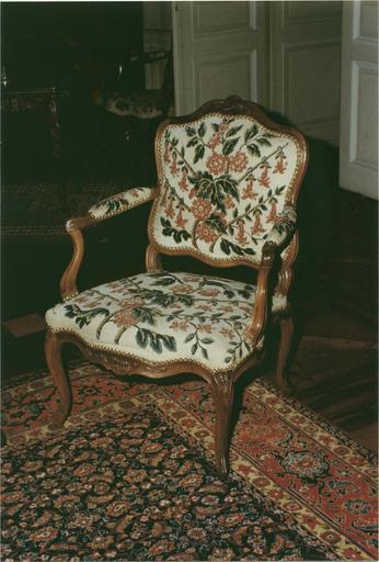 Fauteuil tapisserie au décor floral