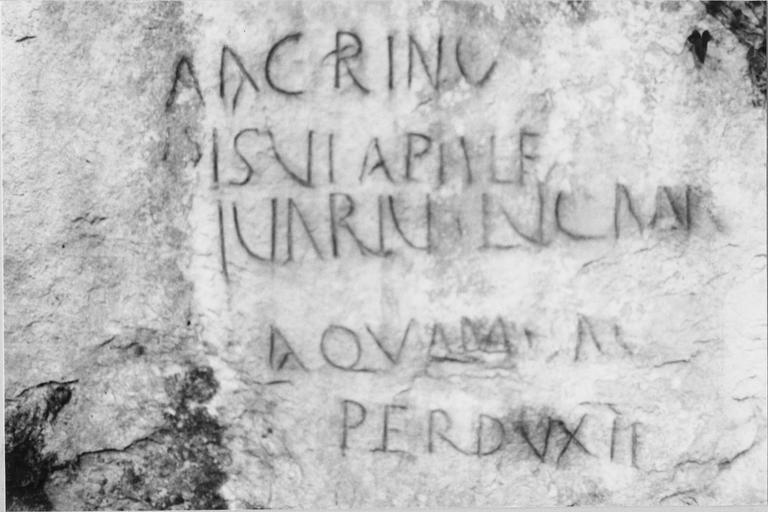 Plaque commémorative, au lieu-dit Vareppe-Pont-Bancet, inscription relatant le percement d'un aqueduc souterrain, époque gallo-romaine