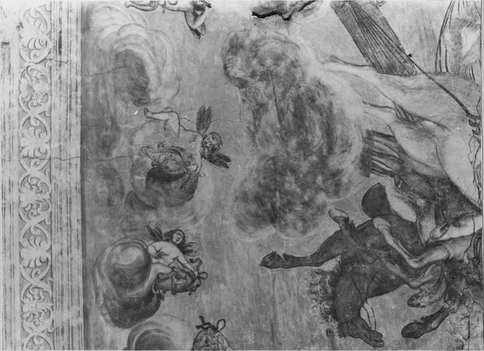 Peinture monumentale de la voûte de l'entrée sur la cour d'honneur : Le char d'Apollon, détail du bas du char et de putti , avant restauration de 1979