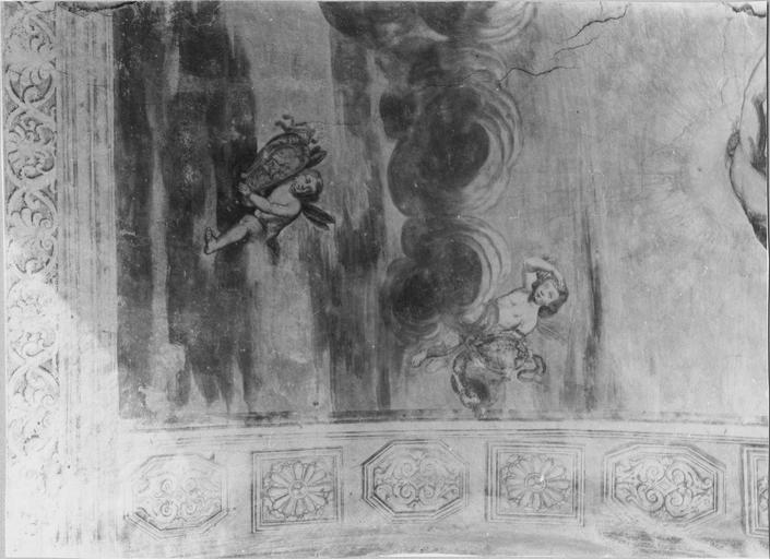 Peinture monumentale de la voûte de l'entrée sur la cour d'honneur : Le char d'Apollon, détail de putti, avant restauration de 1979