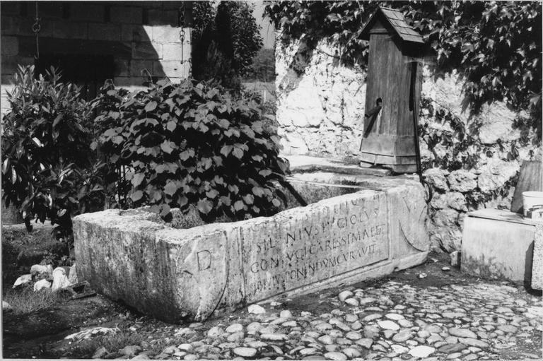 Sarcophage gallo-romain, pierre vu par la gauche