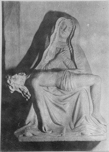 Groupe sculpté : Vierge de Pitié, pierre 16e siècle, vue frontale, volée en 1966