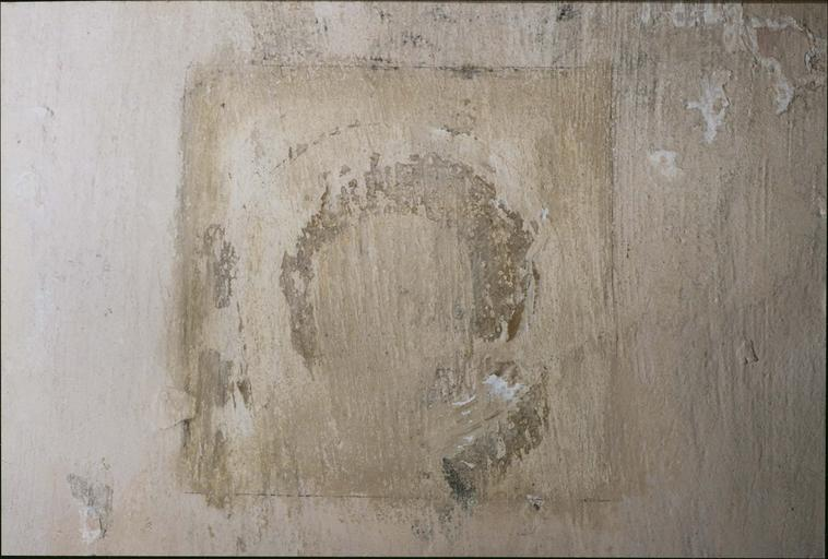 Peinture murale, fin 14e ou début 15e siècle, détail d'un saint très abimé