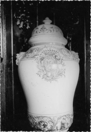 Pot à pharmacie, détail de l'écusson central aux armes des Fenouillet, faïence, 1776