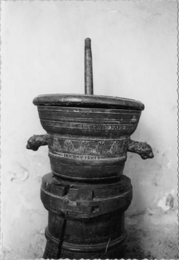 Mortier de pharmacie en broze, daté 1749 et signé Ducray Fecit, hauteur: 25cm, diametre: 39 cm