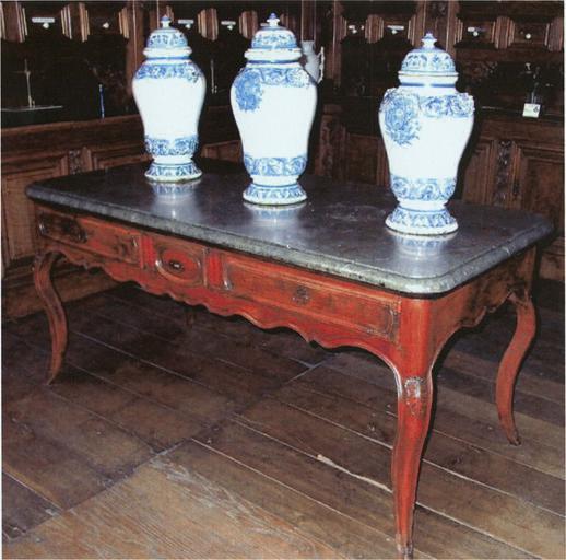 Table dite 'table à gibier' en bois et pierre, par François Page, 18e siècle et trois pot à pharmacie en faënce bleue et blanche