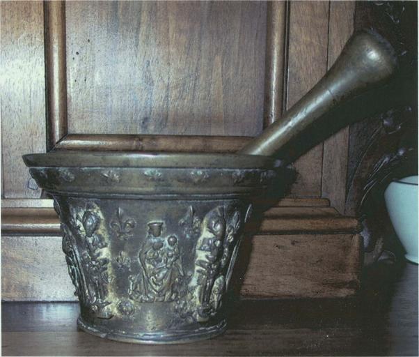 Mortieret son pilon avec décor de Vierge à L'Enfant, bronze, 19e siècle