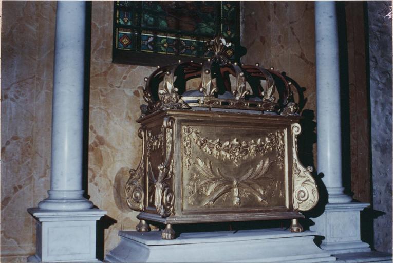 Châsse-reliquaire et son contenu, coffre en bois doré  de 1762, tissus du 12e ou 19e siècle