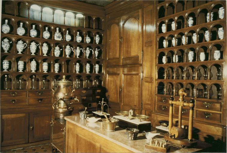 Boiserie et décors de la pharmacie, début 18e siècle, angle gauche de la salle