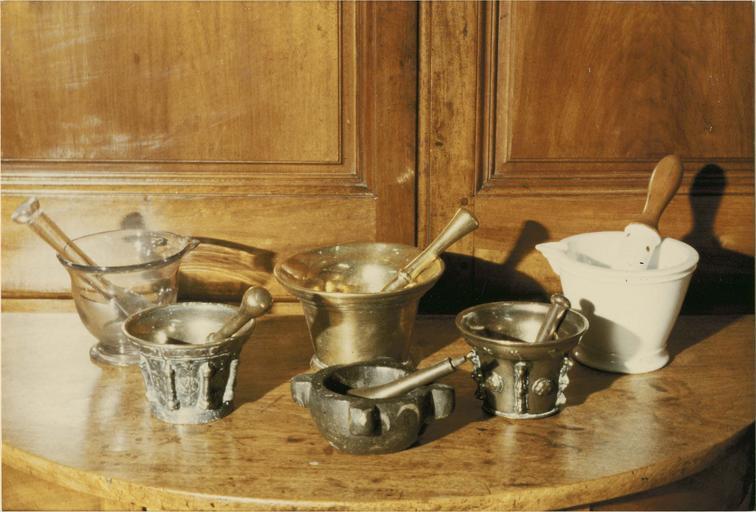 Six mortiers à  pharmacie avec leurs pilons, bronze, verre, faience, 18e siècle