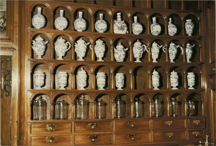 partie de la collection de soixante pots à pharmacie
