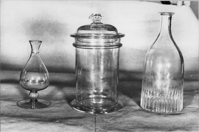Ensemble d'un flacon d'une bouteille et d'un bocal à pharmacie en verre, XVIIIe siècle