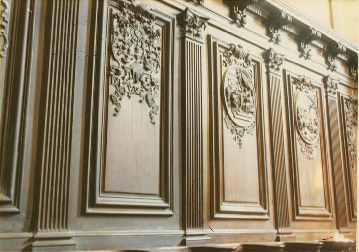 Stalles, bois sculpté, détail des pilastres cannelés et des médaillons illustrés