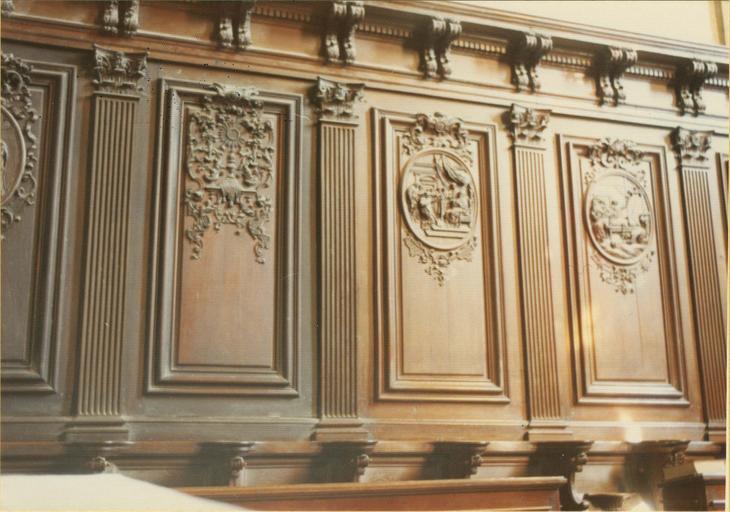 Stalles, bois sculpté, vue de trois panneaux avec décor de médaillon illustré