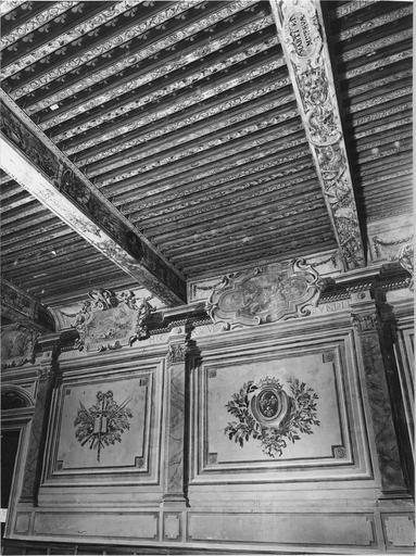 détail de la salle d'audience, deux panneaux avec armoiries et plafond peint, 17e siècle