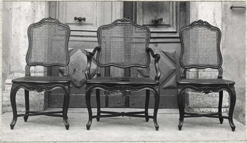 Fauteuil, chaises, vue générale