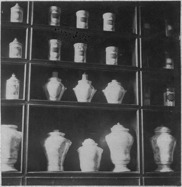 pots à pharmacie, vue partielle