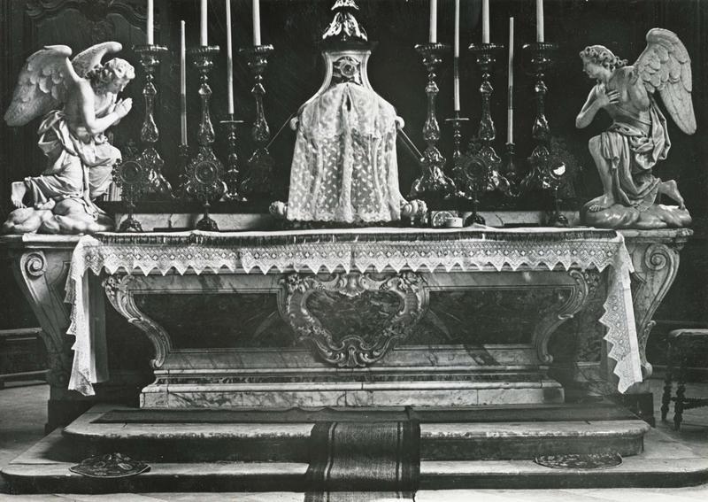 Statues : anges agenouillés, vue générale