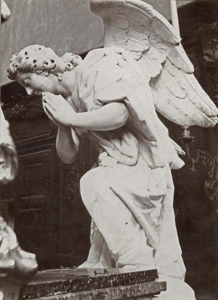 statue : ange agenouillé, vue générale
