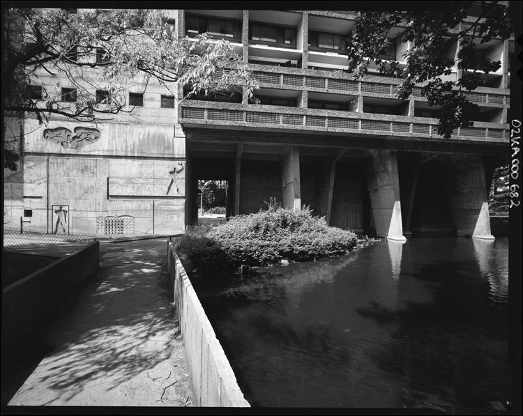 Bassin au pied du bâtiment