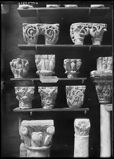 Chapiteaux romans déposés, provenant d'Avignon ou de la région