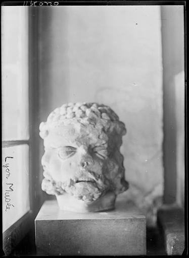 Dépôt lapidaire : sculpture, tête
