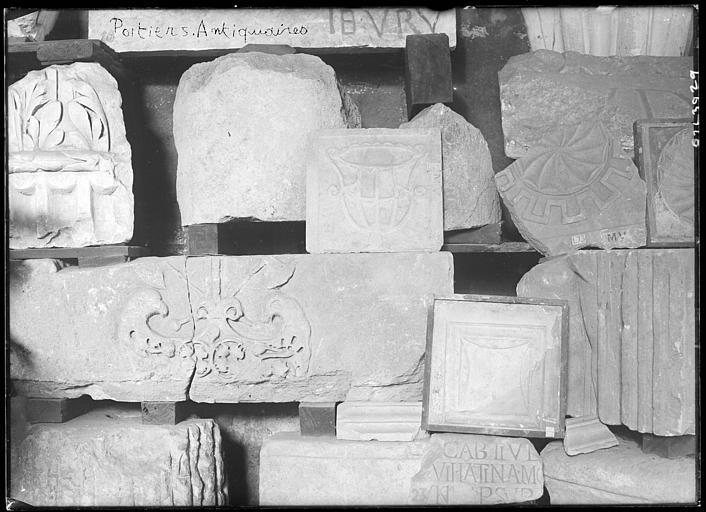 Dépôt lapidaire de la Société des Antiquaires de l'Ouest : pierres déposées