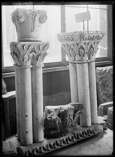 Dépôt lapidaire : sculpture d'une tête et chapiteaux, feuillages