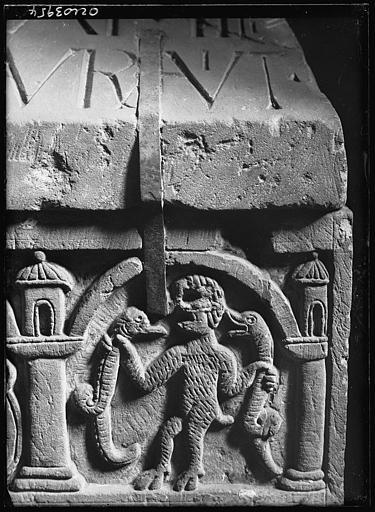 Dépôt lapidaire : pierre sculptée, animaux et personnage