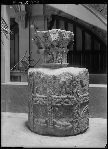 Dépôt lapidaire : chapiteau et colonne sculptés