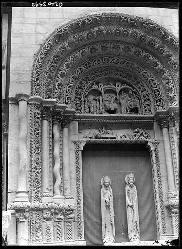 Portail d'église , ensemble et statues