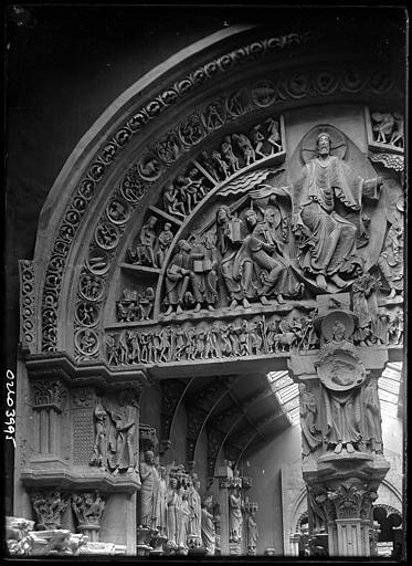 Portail d'église : détail du tympan
