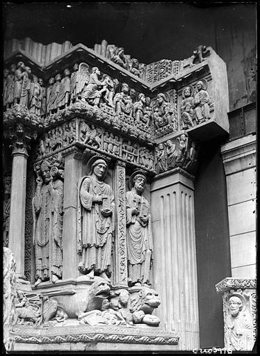 Fragment de mur sculpté, saints et animaux