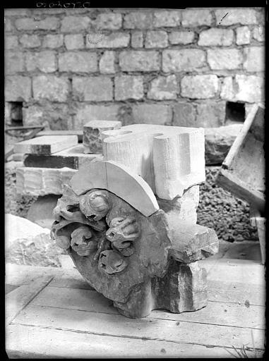 Dans la crypte, pierre sculptée