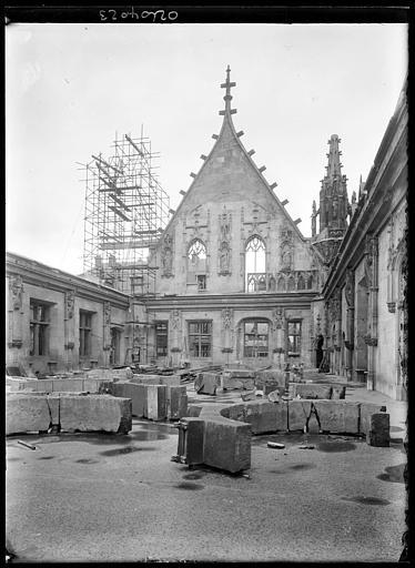 Pignon sur cour en cours de restauration, pierres déposées dans la cour